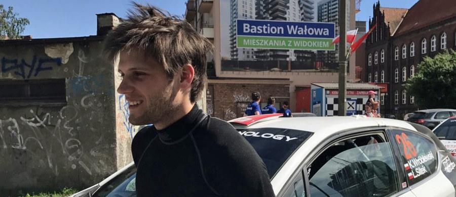 Młody polski rajdowiec Kacper Wróblewski w rozmowie z RMF FM ocenił trudności, które czekały na kierowców podczas 26. Rajdu Rzeszowskiego. Opowiedział też o swojej roli w sztabie Łukasza Habaja, a także ocenił szanse krajowej czołówki w nadchodzących rajdach Mistrzostw Polski.