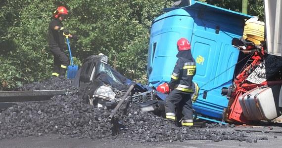 Wypadek ciężarówki przewożącej węgiel na granicy Tych i Katowic. Samochód przygniótł auto osobowe. Zginęła 57-letnia pasażerka nissana. Dwie osoby są ranne.