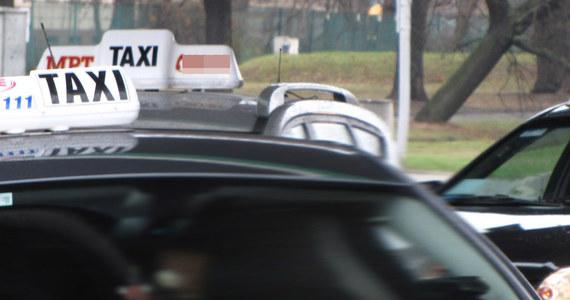"""Rząd chce zmienić przepisy dotyczące zarobkowego przewozu pasażerów. Nowe zasady mają ułatwić pracę taksówkarzy i zwiększyć bezpieczeństwo przy korzystaniu z usług innych firm zajmujących się przewozem osób - informuje """"Gazeta Polska Codziennie""""."""