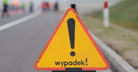 Tragiczny wypadek na A1 w Piekarach Śląskich. Dwa auta osobowe najechały na pojazd zabezpieczający uszkodzony samochód ciężarowy. Jedna osoba zginęła, a cztery zostały ranne.