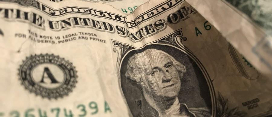 Rosja chce zrezygnować z chronienia swoich rezerw walutowych w amerykańskich obligacjach. Obecnie jest to suma 109 miliardów dolarów, czyli - jeżeli nie liczyć rezerw złota - jedna trzecia tego, co Rosja utrzymuje jako swoje zabezpieczenie. Do wyprowadzenia pieniędzy z USA wzywają politycy w Dumie, a podjęcie takiego kroku zapowiedział wiceszef MSZ Siergiej Riabkow.