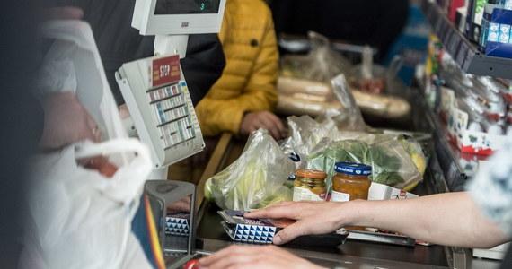 """""""Od trzech lat nie było tak dużych podwyżek cen żywności"""" - mówią ekonomiści w rozmowie z RMF FM. Konkretne przykłady? Masło przez ostatnie dwa miesiące podrożało o 70 procent. Sezonowe owoce - prawie o połowę. Mięso wieprzowe - o kilkanaście procent. To najnowsze dane Polskiej Federacji Producentów Żywności. Więcej płacimy również za kawę, herbatę, czy sery. Analitycy rynku paliw alarmują tymczasem, że ceny benzyny są najwyższe od początku wakacji."""