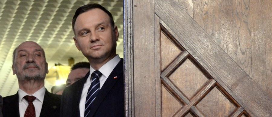 Ważne, że trwa dyskusja pomiędzy prezydentem Andrzejem Dudą a szefem MON Antonim Macierewiczem. Cieszymy się z niej, ale trzeba też tonować emocje i nerwy, które nie powinny być żadnym doradcą - oświadczył rzecznik rządu Rafał Bochenek. Odnosząc się do relacji prezydenta Dudy i szefa MON Bochenek powiedział dziennikarzom w Wieliczce, że nie mówiłby w tym kontekście o sporze.
