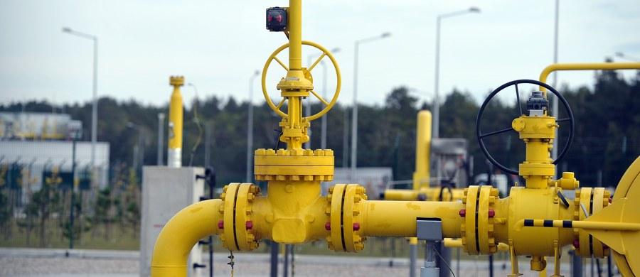 """Europejskie banki będą finansować budowę terminalu """"Jamał LNG"""", przez który Rosjanie chcą eksportować skroplony gaz, mający być konkurencją dla gazu amerykańskiego i katarskiego. Jednym z udziałowców tego projektu jest francuski koncern Total, posiada 20 procent akcji."""
