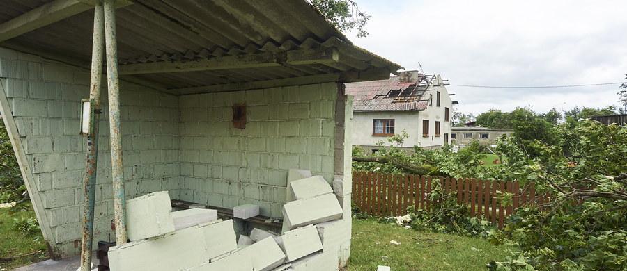 """""""Jesteśmy w szoku, bo nie wiemy, co zobaczymy, gdy wrócimy do domu"""" - mówi naszemu reporterowi rodzina z Chojnic na Pomorzu, która długi weekend spędza w Warszawie. Właśnie w powiecie chojnickim - w Suszku - ostatniej nocy doszło do tragedii. W nocnej nawałnicy zginęły dwie harcerki."""