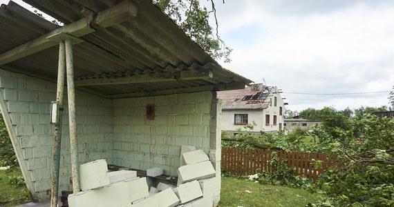 Trwa usuwanie szkód po nawałnicach, które wczoraj pustoszyły Kujawy, Pomorze i Wielkopolskę. 71 tysięcy domostw wciąż bez prądu - podaje Rządowe Centrum Bezpieczeństwa. Po burzach odnotowano ponad 14 tysięcy interwencji. Żywioł zabił 5 osób. 45 zostało rannych, w tym 6 strażaków.