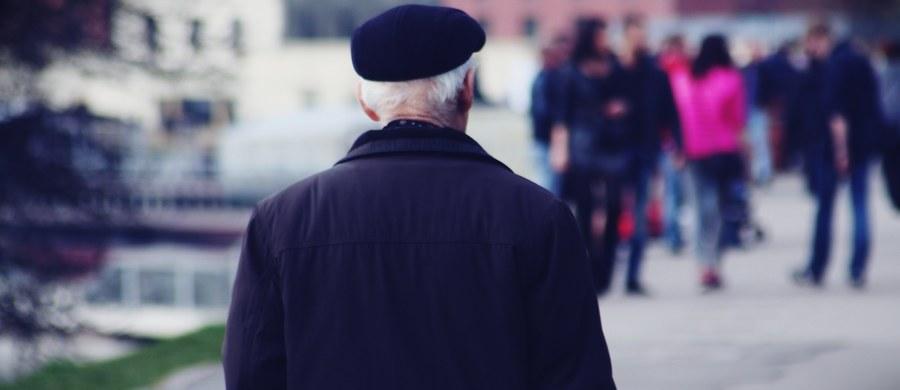 """Badanie krwi pomoże z 90-procentową pewnością przewidzieć ryzyko kłopotów z pamięcią i choroby Alzheimera, nawet na trzy lata przed pojawieniem się objawów. Takie zapowiedzi naukowców z Georgetown University Medical Center publikuje na swej stronie internetowej czasopismo """"Nature Medicine"""". To może oznaczać istotny przełom w badaniach nad tą, nieuleczalną dotąd chorobą. Daje bowiem szanse na wcześniejsze podjęcie terapii, która opóźni rozwój jej objawów."""