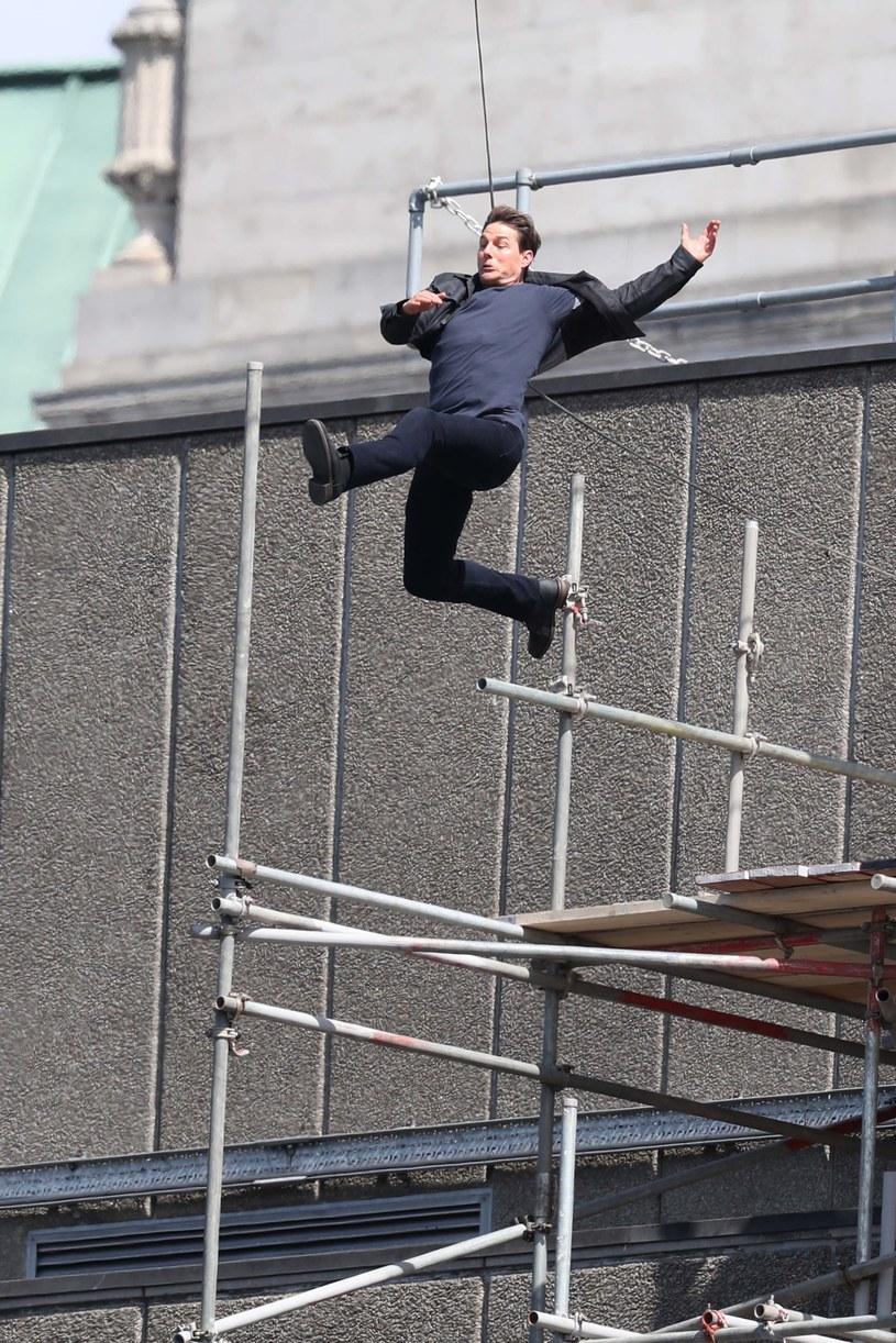 """Tom Cruise doznał kontuzji podczas nieudanego kaskaderskiego skoku na planie szóstej części """"Mission: Impossible""""."""
