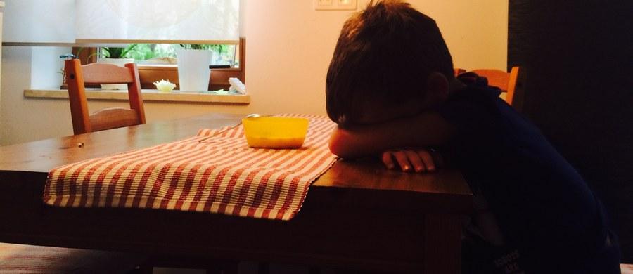 """Przemoc wobec dzieci przynosi jeszcze bardziej dramatyczne skutki, niż do tej pory myśleliśmy - twierdzą naukowcy Uniwersytetu Duke. Okazuje się, że te dzieci szybciej się starzeją. Jak pisze czasopismo """"Molecular Psychiatry"""", badania prowadzone na bliźniętach pokazały wpływ traumatycznych przeżyć z dzieciństwa na ich DNA."""