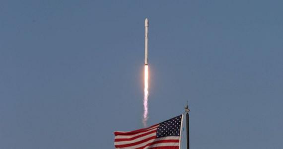 Rakieta Falcon-9 ze statkiem towarowym Dragon wystartowała z przylądka Canaveral na Międzynarodową Stację Kosmiczną ISS - poinformowała amerykańska agencja kosmiczna NASA. Dragon przywiezie astronautom m.in... porcję lodów.