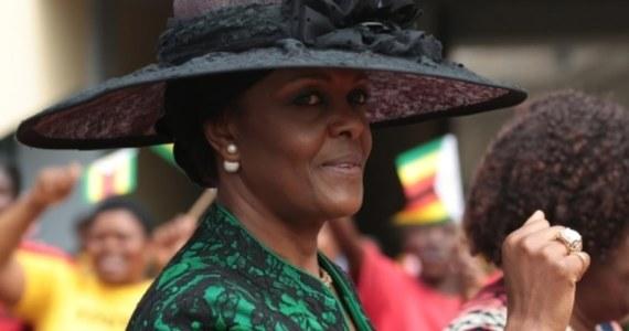 Południowoafrykańska policja podała, że nie wie, gdzie obecnie znajduje się żona prezydenta Zimbabwe Grace Mugabe, podejrzana o zaatakowanie młodej kobiety. Wcześniej minister ds. policji RPA Fikile Mbalula powiedział, że stawiła się na komisariacie.