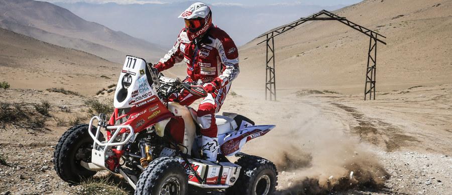 Drugi etap Atacama Rally wyprowadził rajdową stawkę na bezkresne piaszczyste wydmy. Rafał Sonik podkręcił nieco tempo i zakończył etap z trzecim czasem. Niestety nie miał okazji znacząco zmniejszyć swoich strat do rywali z Pucharu Świata, ponieważ oes został przerwany po 164 km.