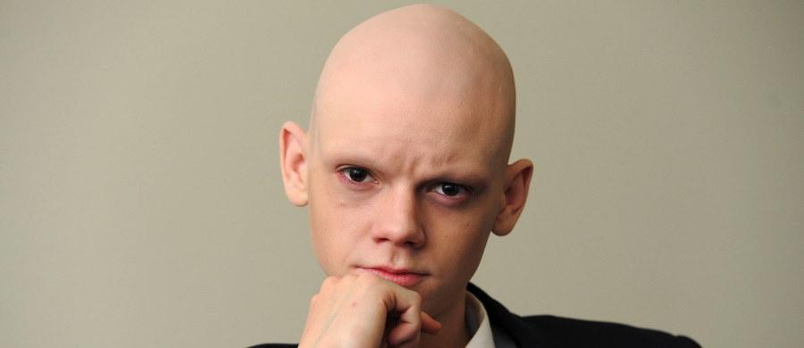 """Mężczyźni, którzy w wieku 45 lat łysieją w charakterystyczny sposób, równocześnie na czole i na czubku głowy, są nawet o 40 procent bardziej zagrożeni agresywną formą nowotworu prostaty, niż mężczyźni, którzy nie mają problemu z wypadaniem włosów. Wyniki badań amerykańskich naukowców, opublikowane na łamach czasopisma """"Journal of Clinical Oncology"""" sugerują, że obserwacja procesu łysienia może pomoc we wczesnym wykryciu zagrożenia."""