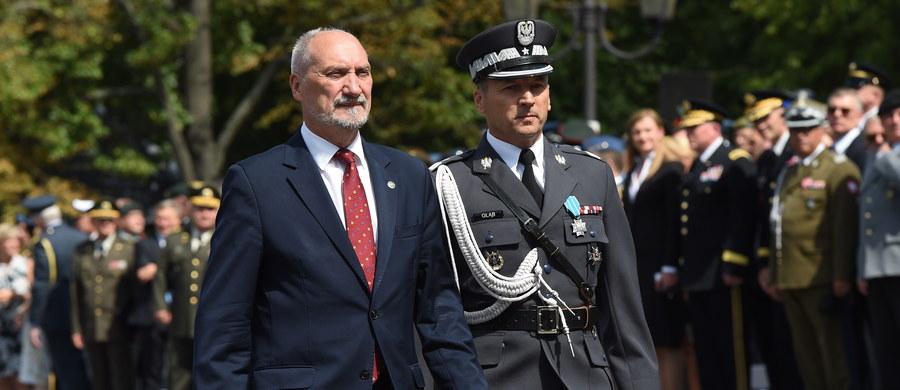 """Jednolitość działania instytucji decydujących o wojsku i o bezpieczeństwie Państwa Polskiego jest konieczna. Tej zasadzie musimy się wszyscy podporządkować. Kto ją łamie – działa na szkodę Niepodległości – mówi """"Gazecie Polskiej"""" szef MON Antoni Macierewicz."""