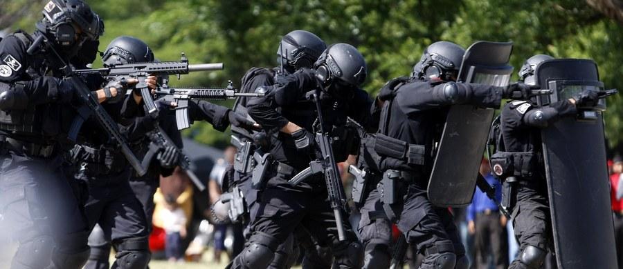 Pięcioro dżihadystów zatrzymano podczas operacji na zachodzie indonezyjskiej wyspy Jawa. Islamiści planowali atak chemiczny w kilku miejscach w kraju, w tym na pałac prezydencki - poinformowała policja.