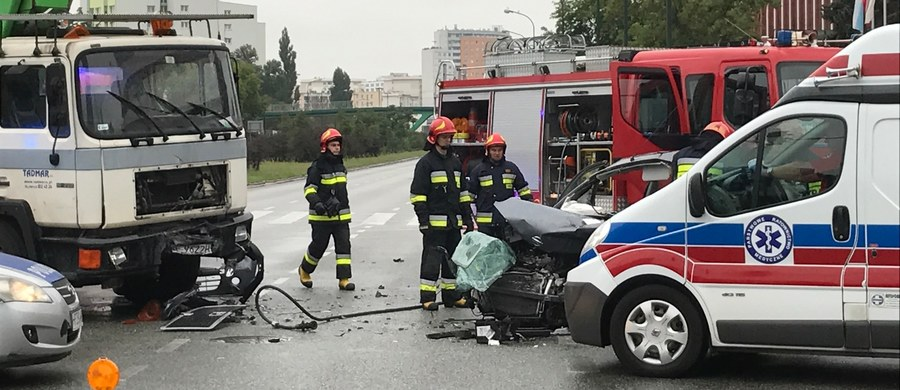 Poważne utrudnienie na Pradze Południe w Warszawie. Na skrzyżowaniu Alei Stanów Zjednoczonych z ulicą Grenadierów samochód osobowy zderzył się z dźwigiem.