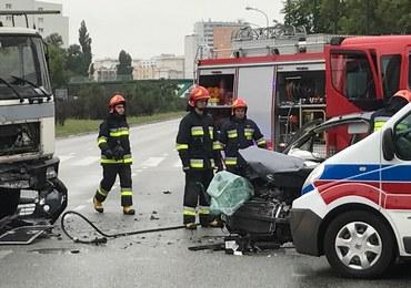 Poważny wypadek w Warszawie. Samochód zderzył się z dźwigiem