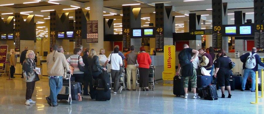 Grupa około stu pięćdziesięciorga Polaków od godz. 2 w nocy koczuje na lotnisku na Krecie - taki sygnał dostaliśmy na Gorącą Linię RMF FM od jednego z naszych słuchaczy, który utknął w Heraklionie. Według informacji, które otrzymaliśmy, turyści nie wiedzieli, kiedy będą mogli wrócić do kraju.