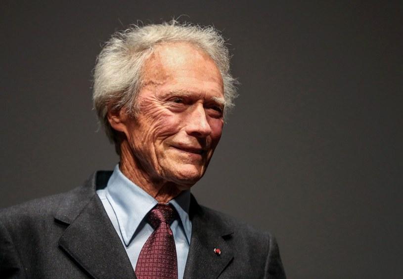 """87-letni Clint Eastwood rozpoczął w Wenecji zdjęcia do swego najnowszego filmu. Nad Canal Grande uczestniczą w nich setki statystów. Są nimi mieszkańcy miasta, którzy znaleźli się w wyjątkowej sytuacji: zagrali bowiem... turystów. Film zatytułowany jest """"15.17 do Paryża"""" i oparty został na prawdziwych wydarzeniach."""