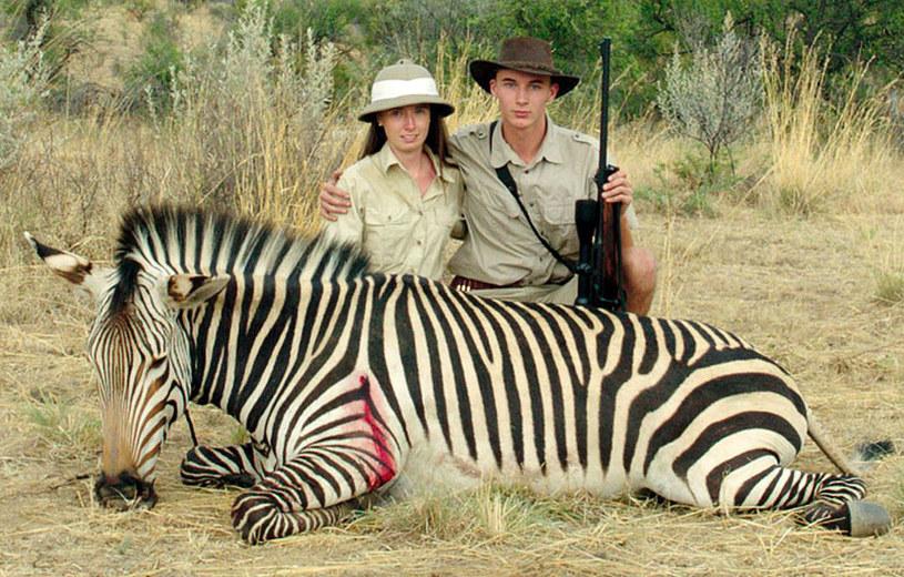 """Ulrich Seidl wraca do Afryki - ostatnim razem był tu, realizując pamiętną fabułę """"Raj: miłość"""" o seksturystyce starszych białych kobiet. Austriacki reżyser tym razem portretuje austriackich myśliwych, zażywających """"uroków"""" mordowania zwierząt w rezerwacie. """"Safari"""" trafi do kin 8 września."""