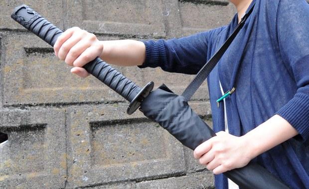 Mężczyzna ze skradzionym samurajskim mieczem i chińską flagą próbował wedrzeć się do biura prezydenta Tajwanu, Caj In-wen. Napastnika zranił jednego z policjantów, ale udało się go zatrzymać.