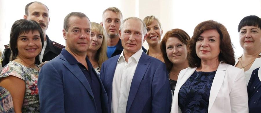 Ministerstwo Spraw Zagranicznych Ukrainy przekazało Moskwie notę protestu w związku z wizytą prezydenta Władimira Putina na zaanektowanym przez Rosję Krymie. Jest to brutalne naruszenie ukraińskiej suwerenności - oświadczył Kijów. Putin przybył w piątek na Krym w towarzystwie premiera Dmitrija Miedwiediewa, przedstawiciela prezydenta w południowym okręgu federalnym Rosji Władimira Ustinowa i minister oświaty Olgi Wasiliewej.