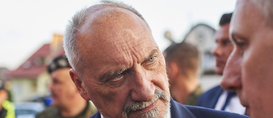 Nie mam zamiaru w tej sprawie słuchać opozycji - powiedział w sobotę w Chojnicach (Pomorskie) minister obrony narodowej Antoni Macierewicz komentując zarzuty, że wojewoda pomorski za późno skierował wojsko do pomocy na tereny dotknięte przez nawałnicę.