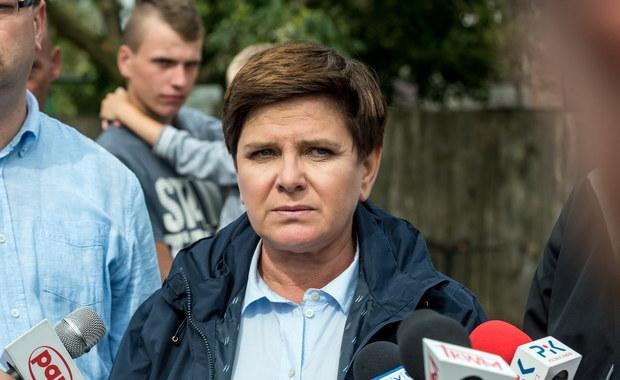 Premier Beata Szydło zaapelowała w Małej Kloni k. Gostycyna (Kujawsko-pomorskie) do sprzedawców, żeby nie podwyższali cen materiałów budowlanych po nawałnicach, które przeszły przez Polskę. Szefowa rządu odwiedziła rodzinę Góreckich, których dom ucierpiał w wyniku wichury.