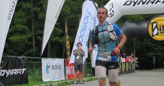 Robert Faron, Marcin Rzeszótko i Przemysław Sobczyk - w takiej kolejności wbiegli na metę jednego z najtrudniejszych biegów w Polsce, czyli Biegu Granią Tatr. Jest on rozgrywany co dwa lata, a jego trasa wynosi aż 71 km. Po drodze zawodnicy musza pokonać aż ponad pięć tysięcy metrów podbiegów, a to więcej niż na najwyższy szczyt Alp - Mount Blanc.