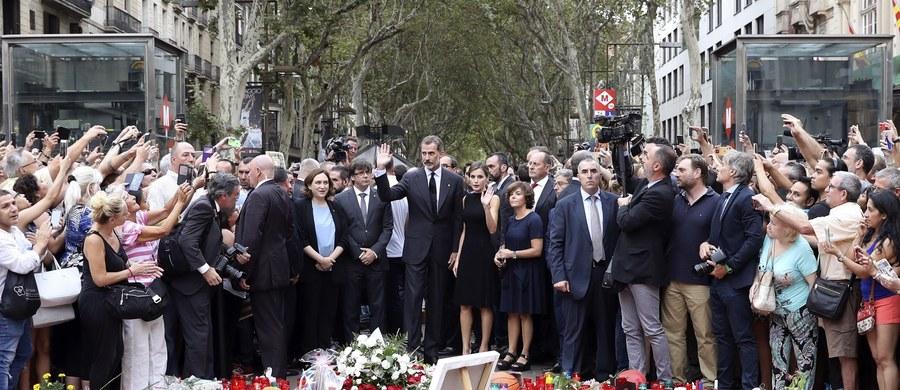 Król Hiszpanii Filip VI z królową Letycją odwiedzili szpitale w Barcelonie, w których przebywają osoby ranne w efekcie czwartkowego zamachu w tym mieście. Następnie udał się na Las Ramblas, gdzie złożył hołd ofiarom poległym w ataku terrorystycznym.