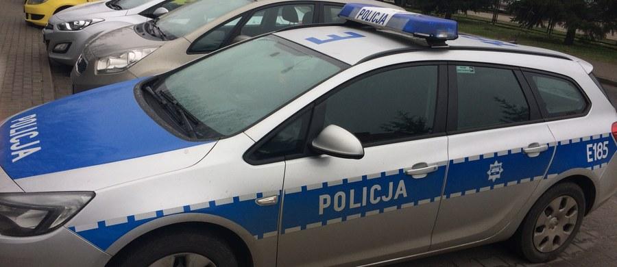 W rękach policji wpadł sprawca wypadku w Grodzisku Mazowieckim, w którym ucierpiała kobieta i dziecko. Jak się okazało, zatrzymany mężczyzna jest pijany. Po wypadku porzucił swoje auto i przesiadł się do samochodu swoich znajomych - informuje dziennikarz RMF FM Mariusz Piekarski.