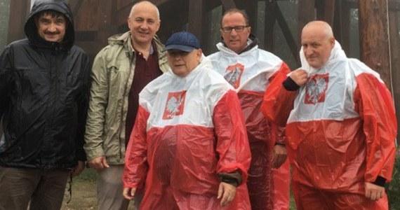 Prezes PiS Jarosław Kaczyński podbił serca internautów swoją nietypową wakacyjną stylizacją. Wszystko za sprawą zdjęcia opublikowanego w sieci przez posła Joachima Brudzińskiego.