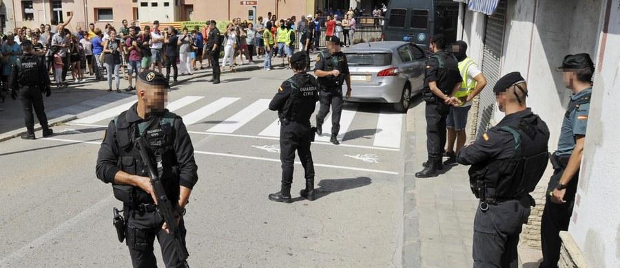 Katalońska policja przeszukała nad ranem mieszkanie w miejscowości Ripoll, z której pochodziła część zamachowców z Barcelony i Cambrils. Zabezpieczono m.in. dwie torby i karton z nieustaloną zawartością - poinformowały hiszpańskie media.
