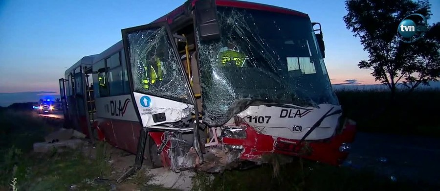 Dwie osoby pozostają w szpitalu po wczorajszym wypadku autobusu między Smardzowem a Świętą Katarzyną na Dolnym Śląsku. W sumie do szpitala, po tym jak pojazd zjechał do rowu, trafiło szesnastu pasażerów. Okoliczności wypadku bada policja.