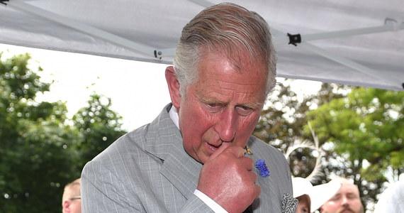 Maleje popularność następcy brytyjskiego tronu księcia Karola. Tylko 1/3 Wyspiarzy uważa, że rodzina królewska ma z niego pożytek. To olbrzymia zmiana w stosunku do jego notowań sprzed czterech lat. Wówczas 2/3 Brytyjczyków uważało, że najstarszy syn królowej godnie reprezentuje rodzinę królewską.