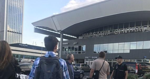 Przed godziną 20:00 w poniedziałek zakończyła się akcja pirotechników na Dworcu Centralnym w Warszawie, gdzie znaleziono podejrzany pakunek. Jak podała policja, przyczyną ewakuacji dworca i częściowego wstrzymania ruchu pociągów był pozostawiony bagaż. Ruch na dworcu został przywrócony.