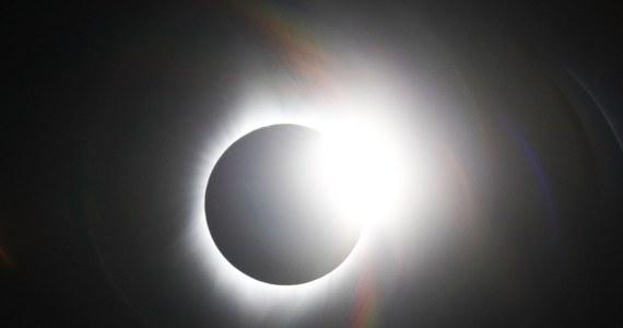 Większość Amerykanów obejrzało w poniedziałek całkowite zaćmienie Słońca. Ten fenomen astronomiczny był pierwszym całkowitym zaćmieniem Słońca obserwowanym od wybrzeża do wybrzeża USA od 1918 roku.