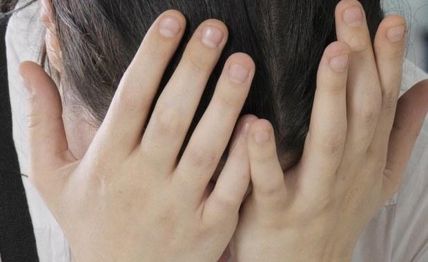 Padaczka, inaczej zwana epilepsją, to grupa przewlekłych zaburzeń neurologicznych, które charakteryzują się napadami padaczkowymi. Każdy chory przechodzi taki atak inaczej, ale postępowania otoczenia na ogół powinno być takie samo. Czy wiesz co powinieneś zrobić, jeśli ktoś w Twoim otoczeniu dostanie ataku?