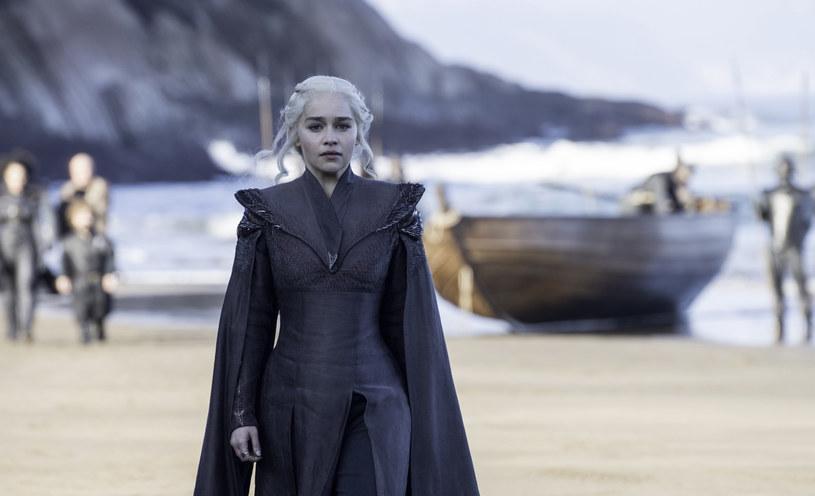 """Emilii Clarke sen z oczu spędza fakt, że niedługo aktorka nakręci swoje ostatnie sceny w serialu """"Gra o tron""""."""