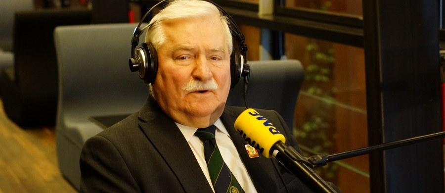 """""""Jeszcze raz, wobec Polski, Europy i świata oświadczam, że nigdy nie współpracowałem ze służbami PRL-u i nigdy nie byłem po stronie komunistycznej"""" – powiedział w rozmowie z dziennikarzem RMF FM Tomaszem Skorym były prezydent Lech Wałęsa. Odniósł się w ten sposób do informacji o prowadzonym przez Instytut Pamięci Narodowej postępowaniu karnym w sprawie jego rzekomych fałszywych zeznań dotyczących dokumentów TW """"Bolka"""". """"Prawdopodobnie w ogóle nie będę z nimi rozmawiał bo nie wiem, z kim rozmawiać, nie wiem na jakich zasadach. Z kim ja mam rozmawiać? Z błaznami, którzy zmieniają zdanie, którzy wierzą Kiszczakowi, a nie mnie? To jest granda"""" - dodał."""