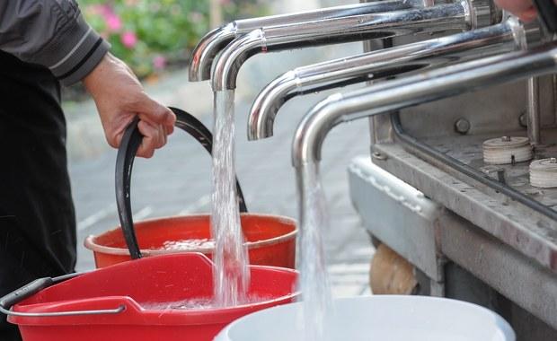Wstępne wyniki badań próbek wody pobranych wczoraj z wodociągu w Działdowie w województwie warmińsko-mazurskiem nie wskazują na obecność bakterii coli. Nie oznacza to jednak, że można już korzystać z wody - odwołanie zakazu zależy od kolejnych badań.