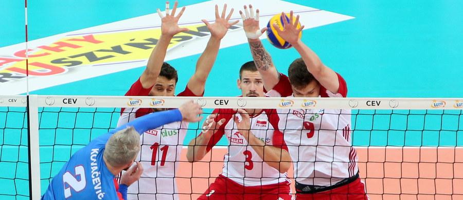 Niestety, na stadionie Narodowym w Warszawie Polska przegrała z Serbią 0:3 (22:25; 22:25; 20:25). Biało-czerwonym nie pomógł nawet gorący doping ponad 60 tysięcy kibiców. Oczywiście porażka nie przekreśla szans naszego zespołu na podium ME, ale droga do medalu stała się bardzo wyboista.