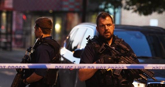Napastnik zaatakował dwóch policjantów na reprezentacyjnej alei the Mall w pobliżu królewskiego Pałacu Buckingham w Londynie. Mężczyzna został aresztowany.