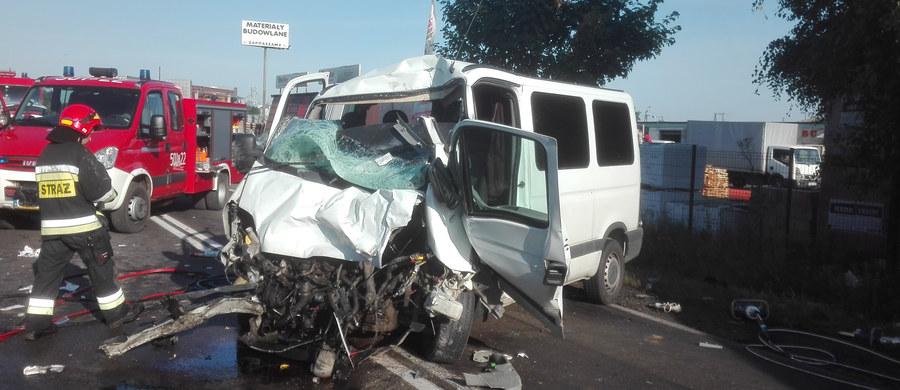 Droga krajowa nr 62 łącząca Strzelno z Siemiatyczami jest zablokowana w miejscowości Osięciny (powiat radziejowski). Doszło tam do zderzenia osobowego busa z ciężarówką do przewozu zwierząt. 7 osób jest rannych.