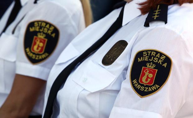Śledczy z Warszawy wyjaśniają okoliczności śmierci mężczyzny, który powiesił się w radiowozie straży miejskiej. To 27-latek mężczyzna, którego strażnicy wieźli do izby wytrzeźwień.