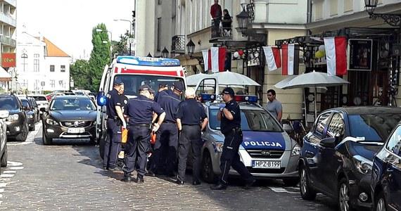 Jest 3-miesięczny areszt dla 24-letniego obywatela Izraela, który w czwartek w centrum Warszawy ranił nożem interweniującego policjanta. Wczoraj Ibrahim H. usłyszał dwa zarzuty - czynnej napaści na funkcjonariuszy i narażenia na utratę zdrowia oraz życia jednego z nich.