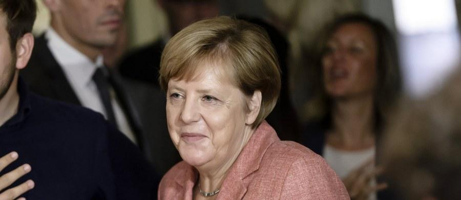 Kilkudziesięciu zwolenników antyimigranckiej partii Alternatywa dla Niemiec (AfD) zakłóciło w sobotę gwizdami i okrzykami przedwyborczy wiec kanclerz Niemiec i przewodniczącej CDU Angeli Merkel w Quedlinburgu w kraju związkowym Saksonia-Anhalt.