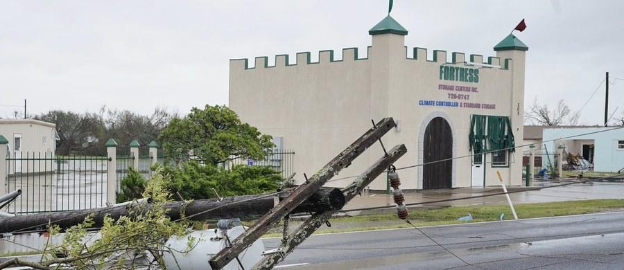 Z Teksasu na południu USA nadchodzą informacje o szkodach wyrządzonych w sobotę przez huragan Harvey, największy od 50 lat kataklizm, jaki nawiedził ten stan. Zniszczone są domy i siedziby firm. Władze ostrzegają przed powodziami na skutek ulewnych deszczy.