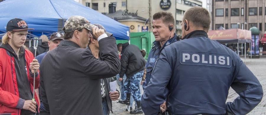 Fińska policja zwolniła trzecią z siedmiu osób zatrzymanych w następstwie ataku nożownika w mieście Turku z 18 sierpnia, w którym zginęły dwie, a rannych zostało osiem osób. Cztery osoby pozostają w areszcie, w tym sprawca ataku Marokańczyk Abderrahman Meszka.