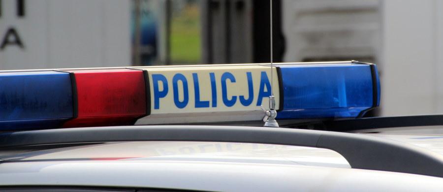 Będzie śledztwo w sprawie niedopełnienia obowiązków przez policjantów, którzy prowadzili poszukiwania 20-latki ze Zduńskiej Woli - dowiedział się reporter RMF FM Krzysztof Zasada. Funkcjonariusze nie weszli do mieszkania w Łodzi, w którym znajdowało się ciało poszukiwanej. Mimo to -  zdając się jedynie na relację strażaków - poinformowali śledczych, że lokal jest sprawdzony. Wobec funkcjonariuszy wszczęto już postępowanie dyscyplinarne.